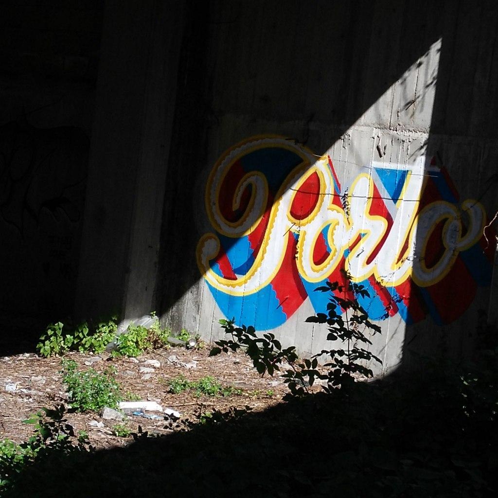 Campo 24 de Agosto, ruína de prédio embargado, palco de tragédia em 2006. Fotografia: Heitor Alvelos
